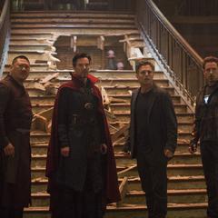 Stark y los Maestros notan que la ciudad está bajo ataque.