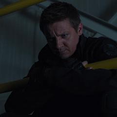 Barton vigila el Teseracto a distancia.