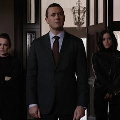 Johnson, Mace y Simmons confrontan a Ellen Nadeer.