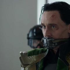 Loki escucha la disputa entre los Vengadores y Pierce.