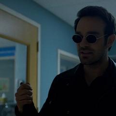 Murdock le explica sobre la Mano a Temple.