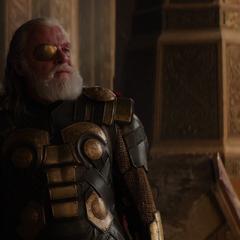 Odín prohíbe a Thor llevarse a Jane Foster de Asgard.