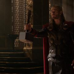 Thor decide devolverle el Mjolnir a Odín.