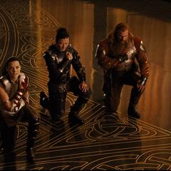 Hogun y compañía se arrodillan ante Loki.