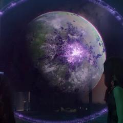 Gamora escucha a Tivan hablar de la Gema del Poder.