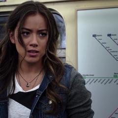 Skye investiga el tren con Coulson y May.