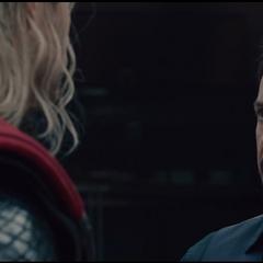 Thor escucha los argumentos de Stark.