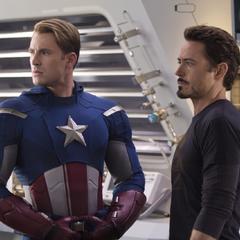Rogers y Stark discuten con Fury.