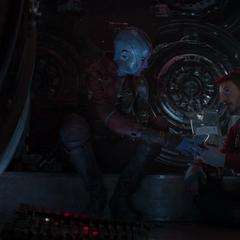 Nebula le ofrece a Stark algunas raciones de comida.