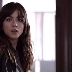 Skye se encuentra con Coulson y Ward en el edificio.