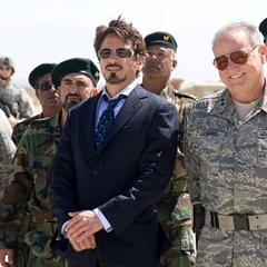 Stark se reúne con los soldados militares.