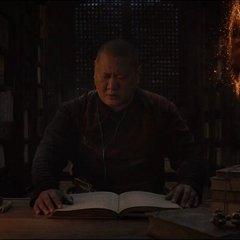 Wong estudiando mientras Strange se lleva los libros sin permiso.
