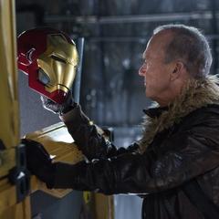 Toomes encuentra un casco de la armadura de Iron Man.