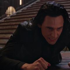 Loki cae en el Santuario de Nueva York tras ser liberado del portal.