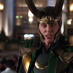 Loki obliga a los humanos a arrodillarse ante él.