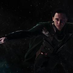 Loki se deja caer para ser absorbido por el agujero de gusano.