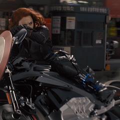 Romanoff sostiene el escudo de Rogers mientras conduce su motocicleta en Seúl.