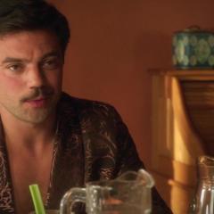 Stark le habla a Carter y Wilkes de su proyecto en Malibú.
