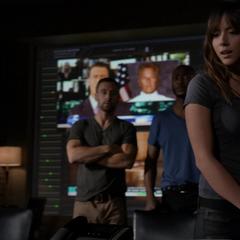 Skye descubre las tallas de Coulson.png