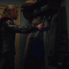Thor coloca el Mjolnir en el perchero.