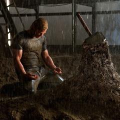 Thor arrodillado ante su incapacidad de levantar el Mjolnir.