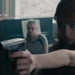 Romanoff aprende a manejar un arma de fuego.