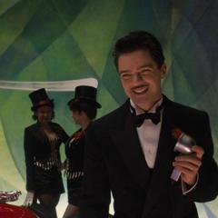 Stark le sonríe al público.