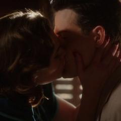 Carter comparte un beso con Sousa.