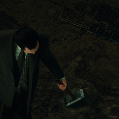 Loki intenta levantar el Mjolnir.