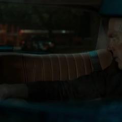 Parker y Toomes discuten en el automóvil.