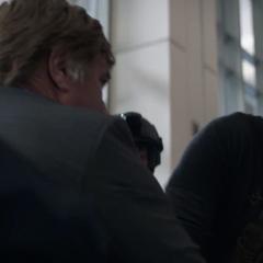 Pierce intenta quitarle el maletín a Stark.