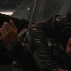 Barton evade a los droides.
