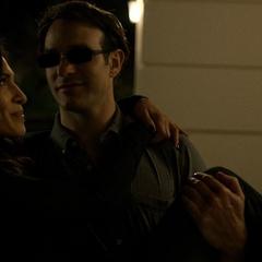 Murdock y Elektra irrumpen en otra casa.