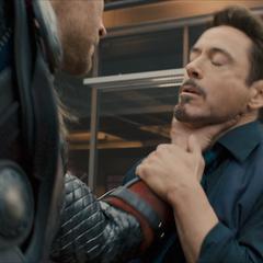Thor enojado toma a Stark por el cuello.
