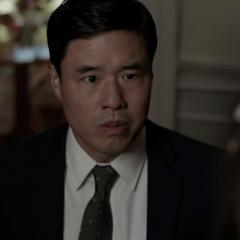 Woo le pide a Cassandra dejarlo subir.