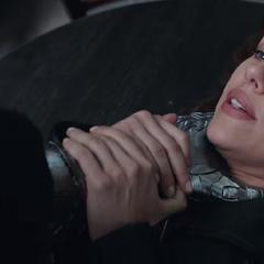 Romanoff es estrangulada por Barnes.