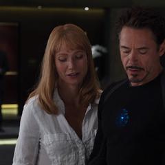 Potts le sugiere a Stark tomar a Coulson en serio.