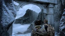 Rand y Wing en la entrada de K'un-Lun