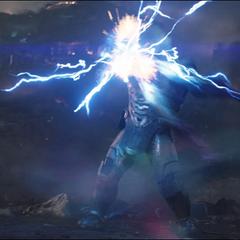 Thanos levanta a Stark mientras este recibe un golpe del Mjolnir.