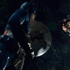 Thor trata de derrotar a Rogers.
