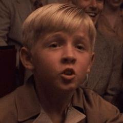 Darren Simpson como Niño en el Espectáculo del Capitán América