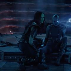 Gamora viendo los hologramas proyectados por Nebula de 2014.