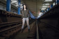 Jessica en una via de trenes