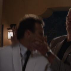 Killian mata al camarero del hotel.