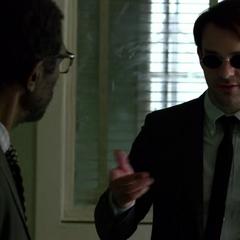 Murdock y Ben Urich discuten su caso.