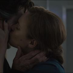 Palmer se despide de Strange con un beso.