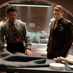 Rogers y Stark preparan su equipamiento.