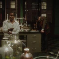 Stark y Wilkes hablan en el laboratorio.