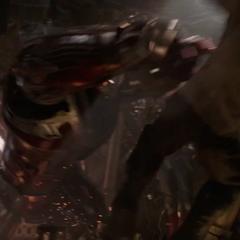 Banner empuja Thanos contra el suelo.