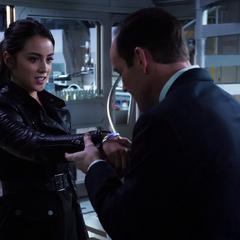 Skye se libera de la pulsera de rastreo tras ayudar en el rescate de Coulson.